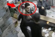 Polis dehşeti! Önce garsonu dövdü sonra iş yeri sahibine silah çekti