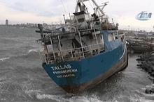 Zeytinburnu'nda gemi karaya oturdu