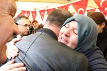 Şehit annesi oğlunun naaşını getiren askerin elini öptü