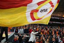Galatasaraylı futbolcunun eşi tribünleri coşturdu
