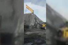 Taş ocağında çalışan hafriyat kamyonu böyle devrildi