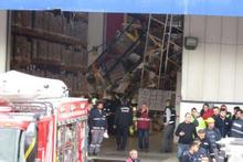Tuzla'da antrepoda raflar işçilerin üzerine devrildi : 4 yaralı