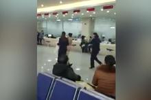 Havalimanında çıplak eylem yaptı!