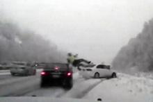 Kontrolden çıkan araç polisi havaya fırlattı