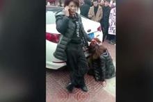 Kocasının metresini yakalayıp tekme tokat dövdü