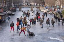 Amsterdam'da donan kanalda buz pateni