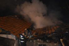 Sobayı tutuştururken elinden düşürdüğü kibrit 2 evi yaktı