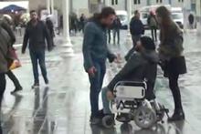 Yol ortasında şiddet gören kadına engelli vatandaş yardım etti
