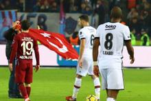 Derbide sahaya giren taraftar Türk bayrağı açtı