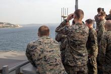 ABD askerleri Çanakkale'den geçerken dürbünle orayı izledi