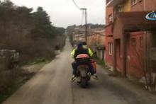 Motosiklette 3 insan ve 1 köpeğin tehlikeli yolcuğu