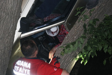 Burası Adana: Ağaçtaki araçtan son anda kurtarıldılar!