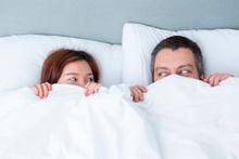 Yatakta çiftler arasındaki uzaklığa dikkat!