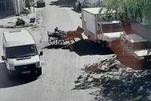 Virajı alamayan at arabası park halindeki kamyonete çarptı