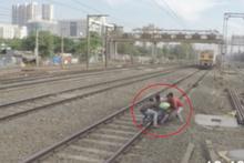 Demiryoluna ayakkabısı sıkışan adam!