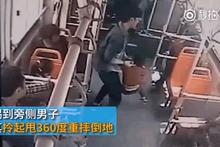 Skandal görüntüler! Otobüste çocuğu öldüresiye dövdü