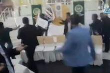 Seçimde sandalyeler havada uçuştu! Çevik Kuvvet müdahale etti