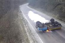 Rusya'da devrilen kamyon alevler içinde kaldı