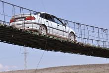Hasar gören köprüde tehlikeli yolculuk