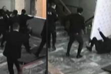 Merdivenlerden atıp polisin önünde tekmelediler