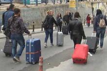 Taksim'de yollar kapatıldı, turistler bavullarıyla ilerledi