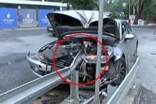 Motosikletlinin sıkıştırdığı otomobil bariyerlere ok gibi saplandı