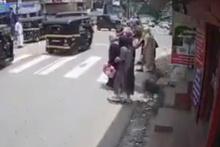 Karşıdan karşıya geçen kadına boğa çarptı
