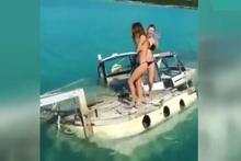 Tekneleri batınca bikinilerini çıkartıp salladılar