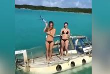 Batan teknede bikinisini çıkarıp yardım istedi!