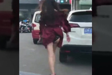 Mini eteğini giydi sokağa çıktı ama dönüp arkasına bakmayınca...