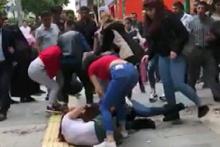 Genç kızların cadde ortasında akıl almaz kavgası!