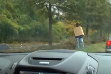 Yol kenarında evsiz bir adam gördüler ama gördükleri başlarını belaya soktu