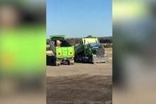Çift damperli kamyonun yük boşaltma anı izleyenleri şaşırttı