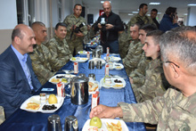 İçişleri Bakanı Soylu askerlerle sahur yaptı