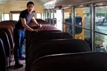 Hurda otobüsü ev yapıp kiradan kurtuldular!