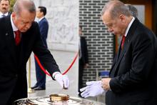 Erdoğan beyaz eldiven takıp tütsü yaktı