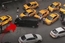 İstanbul'da şok görüntü! Bir anda etrafını sardılar ve...
