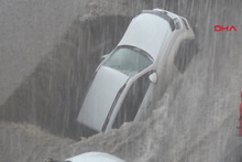 Sel sonrası asfalt çöktü, park halindeki araç dev çukura düştü