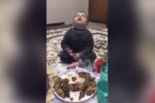 Sahur için uyanan çocuğun uykuyla imtihanı