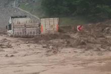 Bursa'da sel: Şiddetli yağış kamyonu sürükledi!