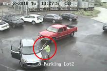 Akıl almaz olay! Tartıştığı otomobile balyozla saldırdı