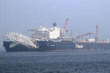 Dünyanın en büyük inşaat gemisi Çanakkale Boğazı'ndan geçti