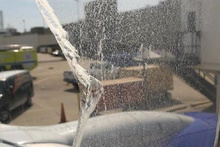 Yolcu uçağının camı havadayken çatladı