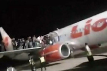 Bomba paniği! Yolcular uçağın kanadından böyle atladı