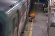 Dehşete düşüren görüntü! Kavga ettiği adamın kafasını trene vurdu