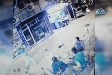 Sandalyeler havada uçuştu! Sokak ortasında feci kavga