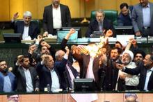 İran'da ABD'ye büyük öfke! Mecliste ateşe verdiler