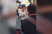 Sokak sanatçılarına eşlik eden çocuk sosyal medyayı salladı