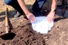 İç çamaşırlarını  neden toprağa gömüyorlar? İlginç test