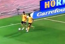 Eden Hazard Belçika Milli Takımının kaptanı olduğunu Carrasco'ya gösterdi